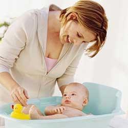 Як правильно купати немовля