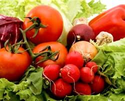 Ранні овочі та ягоди заполонили прилавки прикарпатських крамниць і ринків (відеорепортаж)